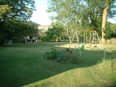 Jardin avec balancoire et bbq